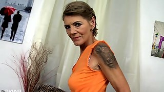 Mature Irena spreads her legs for a cock in the car while she screams